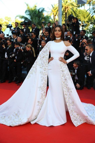 sonam-kapoor-cannes-film-festival-red-carpet-fashion-ralph-russo-tom-lorenzo-site-2