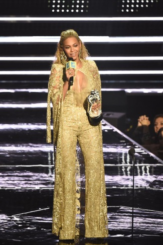 2016-mtv-video-music-awards-the-show-stage-performances-fashion-tom-lorenzo-site-4